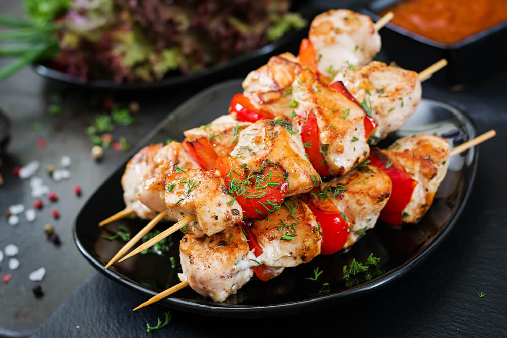 chicken-skewers-with-slices-sweet-peppers-dill (1)